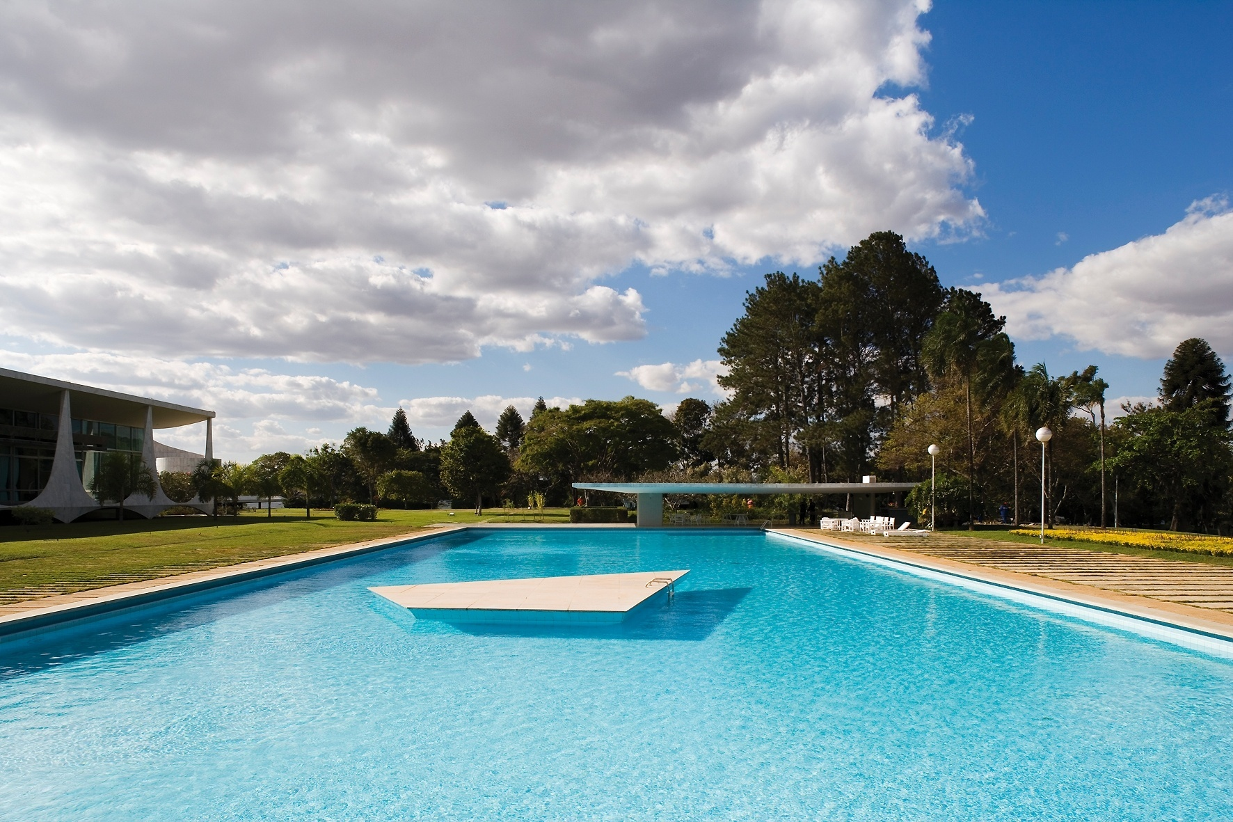 Os amplos jardins da parte posterior do Palácio da Alvorada, projetado pelo arquiteto Oscar Niemeyer, cederam espaço - em parte - para a grande piscina