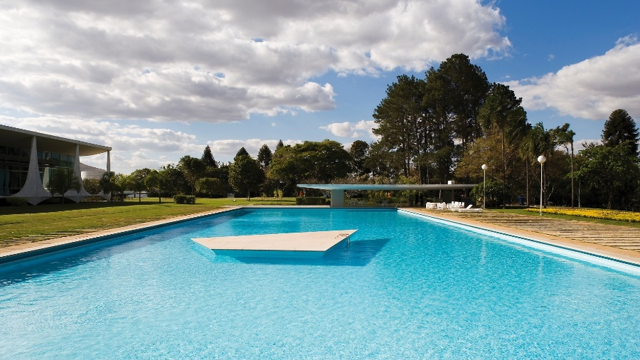 Os amplos jardins da parte posterior do Palácio da Alvorada, projetado pelo arquiteto Oscar Niemeyer, cederam espaço - em parte - para a grande piscina - Leonardo Finotti/ UOL