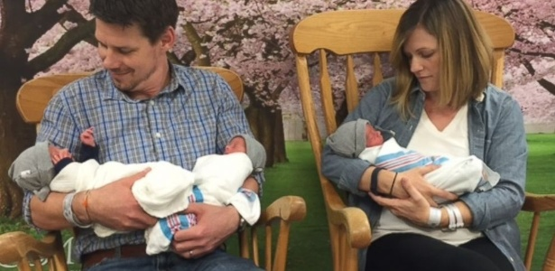 Kristen e Tom Hewitt, de Baltimore, com os trigêmeos Thomas, Finnegan e Oliver - Reprodução/Greater Baltimore Medical Center