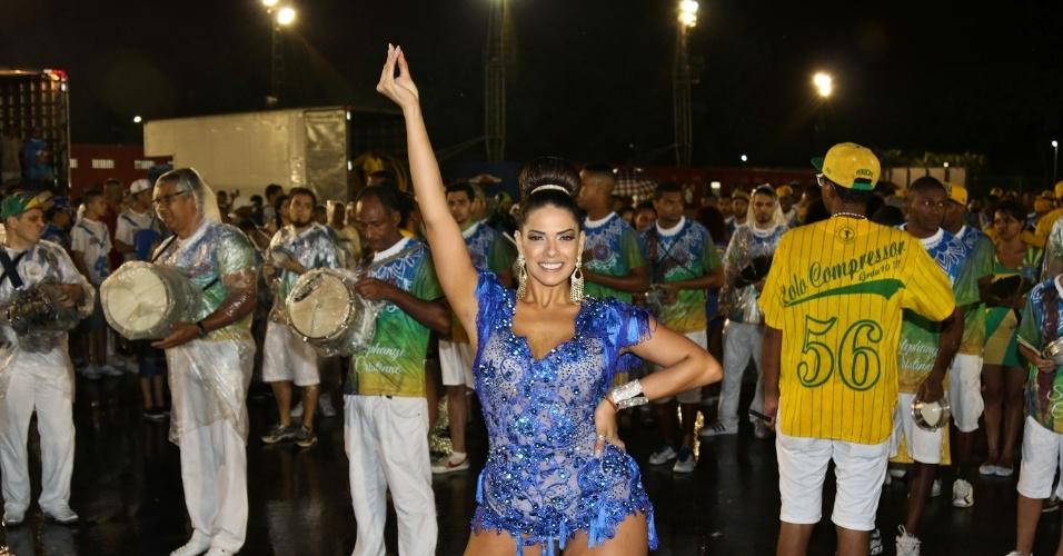 19.dez.2015 - A modelo Nuelle Alves, madrinha de bateria da escola de samba Unidos do Peruche, caiu no samba e exibiu as pernas durante primeiro ensaio técnico da escola no sambódromo do Anhembi, em São Paulo