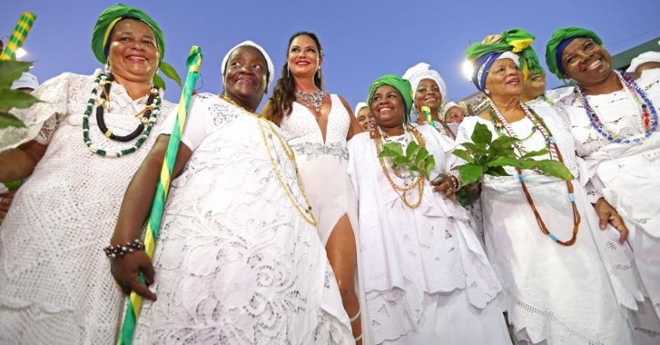 Luiza Brunet, eterna musa do Carnaval carioca, brilhou na noite de cerimônia de lavagem da Sapucaí