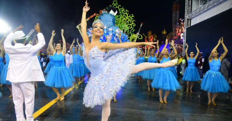 5.fev.2016 - A bailarina Isabella Rodrigues faz aquecimento para desfile da Pérola Negra