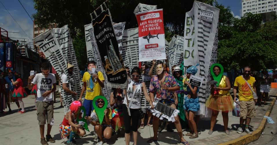 6.fev.2016 - Foliões inspirados nas fantasias comparecem aos desfiles do Galo da Madrugada, grande atração do Carnaval do Recife (PE)6.fev.2016 - Foliões inspirados nas fantasias comparecem aos desfiles do Galo da Madrugada, grande atração do Carnaval do Recife (PE)