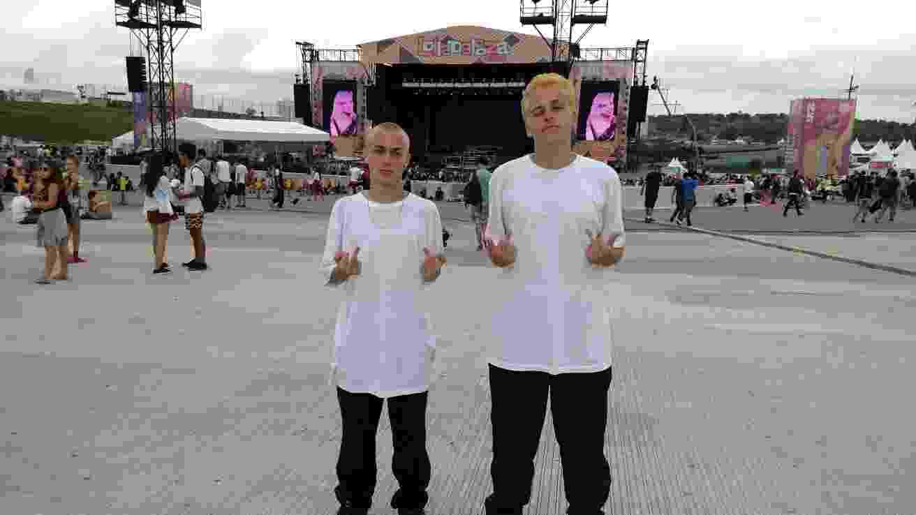 """12.mar.2016 - Bruno Zapelli e Marcelo Imenis, de São Paulo, foram ao Lollapalooza Brasil 2016 caracterizados para o show do rapper Eminem. Uma ação na internet pedia para que os fãs fosse vestidos com camisetas brancas como no clipe de """"The Real Slim Shady"""", um dos maiores sucessos do americano. Os adolescentes de 17 anos foram além e também descoloriram os cabelos para ficar ainda mais parecidos com o ídolo. - Felipe Branco Cruz/UOL"""