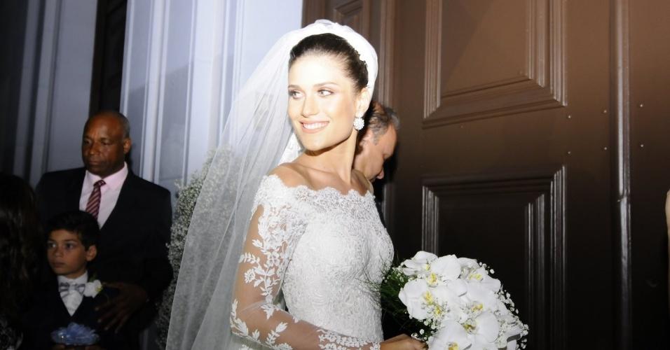 02.mar.2016 - A noiva Alice Souto chegou para a cerimônia e entrou acompanhada pelo pai