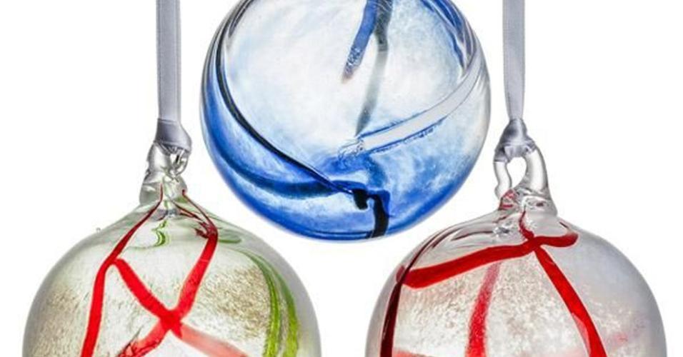 O elegante trio de bolas pertence à Kosta Boda (www.kostaboda.us), marca sueca de cristais, e tem design assinado por Anna Ehrner, que trabalha desde a década de 70 na empresa. Cada ornamento sai por US$ 50 ou R$ 168,65 (cotação do dia 9.12.2016)