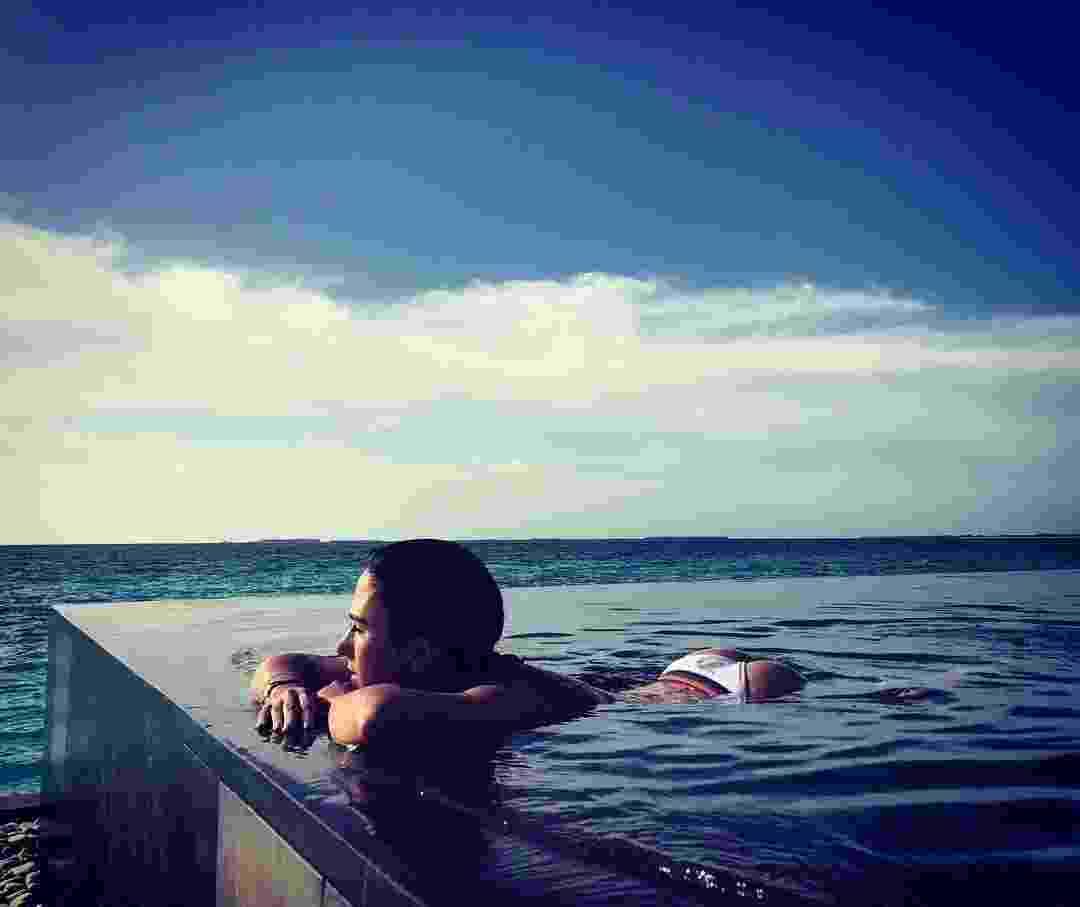 Tata Werneck decidiu sensualizar enquanto curte viagem para as Ilhas Maldivas. Ela está lá com o namorado, Rafael Vitti. Os fãs brincaram com comentários como: que bundinha é essa? E esse bumbum flutuante? - Reprodução/Instagram/@tatawerneck