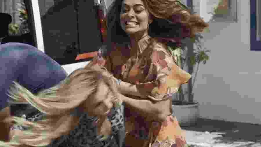 """Bibi (Juliana Paes) e Carine (Carla Diaz) também se engalfinharam em """"A Força da Peruca"""" - Reprodução/GShow/A Força do Querer"""