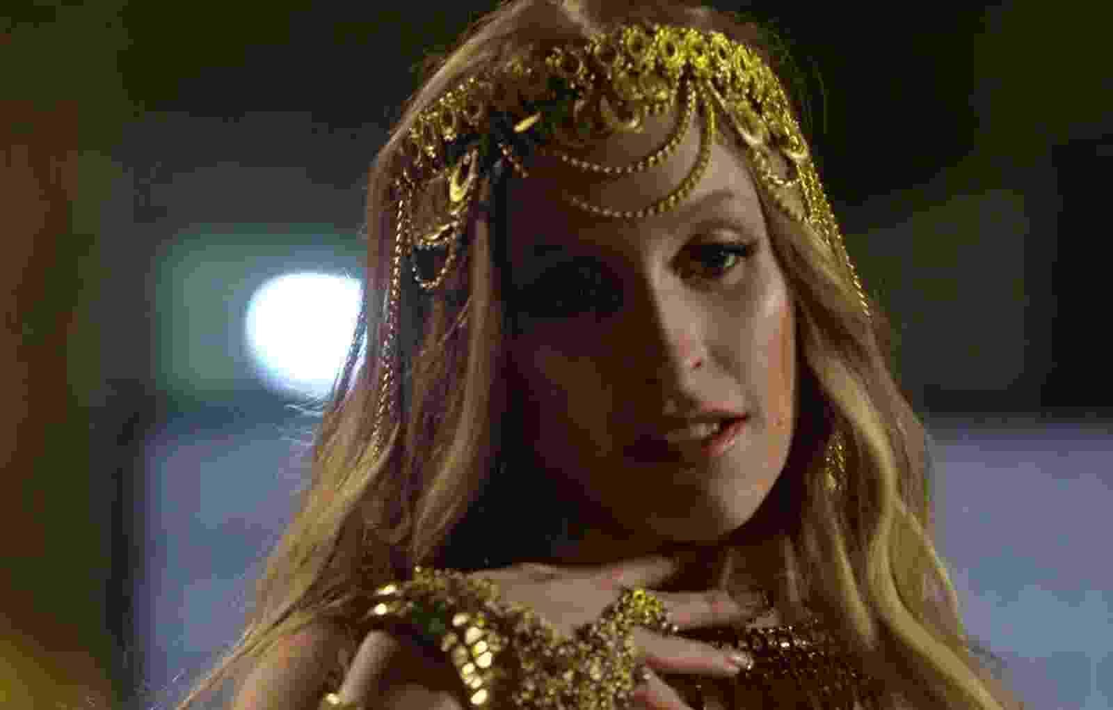 Nova dona do posto de baronesa do pó, Carine (Carla Diaz) seduz Rubinho (Emilio Dantas) muita sensualidade. Ela mostra suas habilidades de dança do ventre para Rubinho, que mais parece um verdadeiro sheik árabe - Reprodução/A Força do Querer/GShow