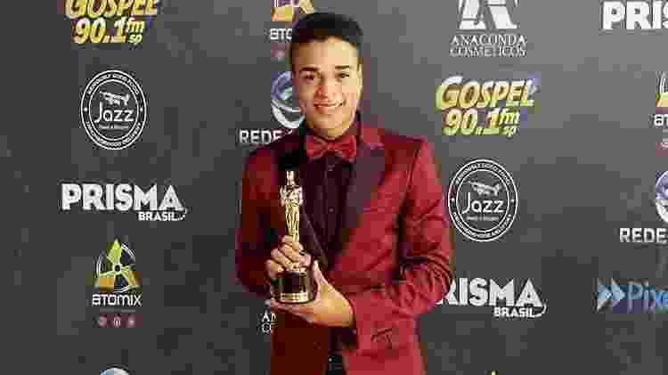 Lucas Miziony recebe prêmio na época em que era cantor gospel - Reprodução