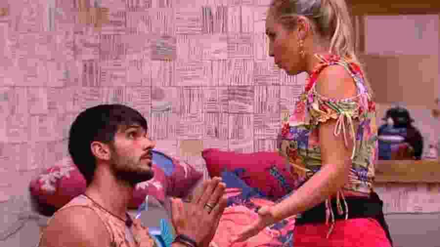"""Lucas e Jessica, no """"BBB 18"""": mesmo sem estar comprometida, a personal trainer é muito mais julgada do que ele - Reprodução/TV Globo"""