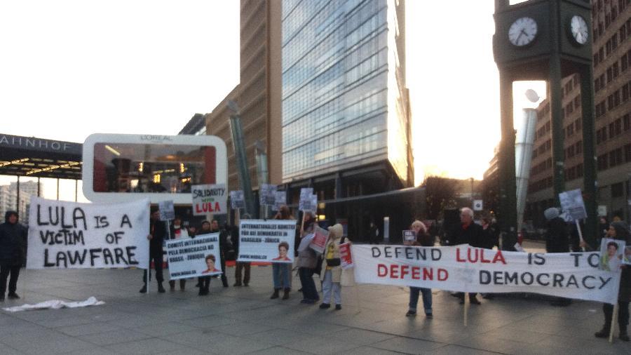 """Manifestantes à favor de Lula e Dilma na Potsdamer Platz, em Berlim, antes da exibição do filme """"O Processo"""" - Bruno Ghetti/UOL"""
