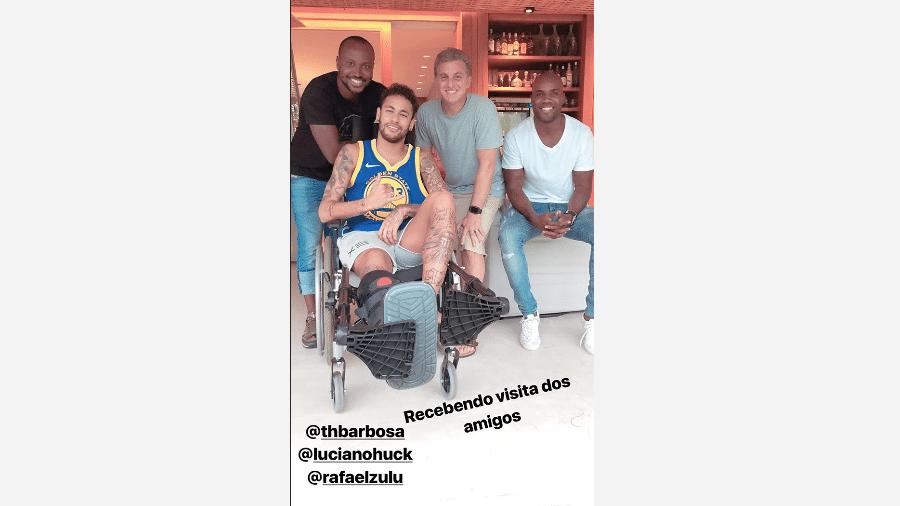 De cadeira de rodas neymar recebe visita de huck for Noticias de ultimo momento de famosos