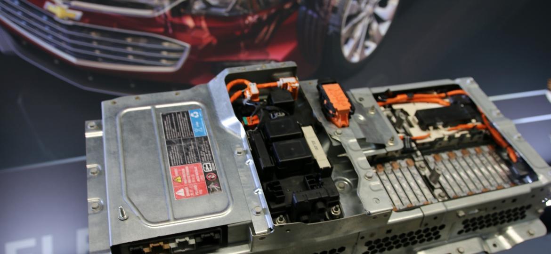 No detalhe, exposição do conjunto de baterias do elétrico Chevrolet Bolt em workshop da GM, nos EUA - Reprodução