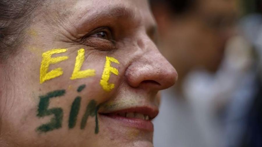 Apesar dos protestos liderados por mulheres, Jair Bolsonaro (PSL) cresceu entre o público feminino em pesquisas de intenção de votos - AFP
