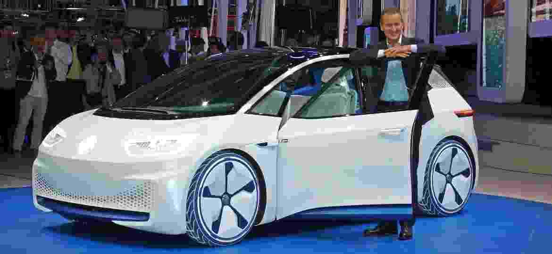 Chefão da VW, Herbert Diess posa ao lado do I.D. conceitual: elétrico está perto de ganhar as ruas - Divulgação