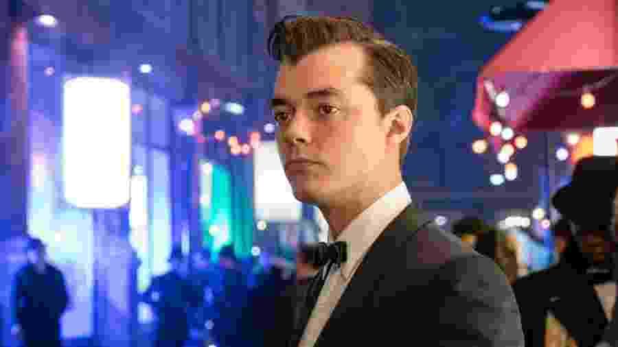 """Jack Bannon com Alfred na série """"Pennyworth"""" - Reprodução/Twitter"""