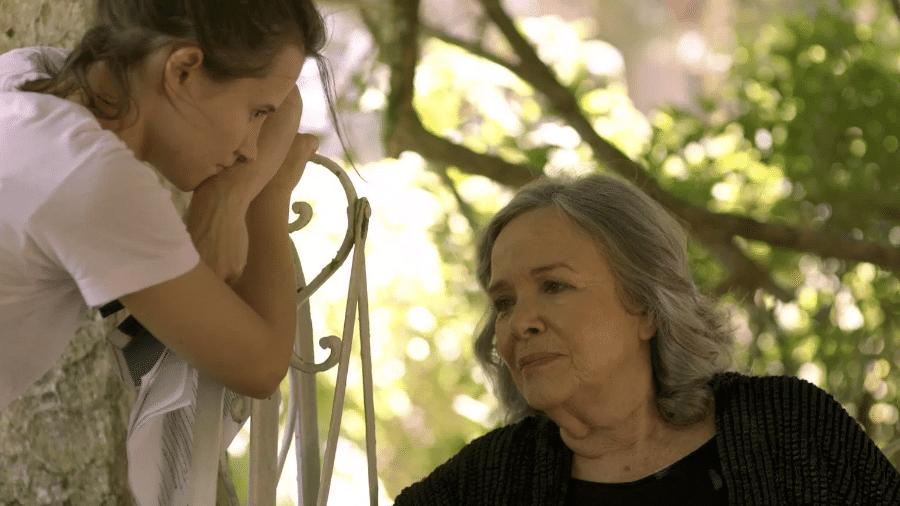 """A atriz Bianca Comparato e a ensaísta Rosiska Darcy de Oliveira em cena de """"Elogio de Liberdade"""" - Divulgação/HBO"""