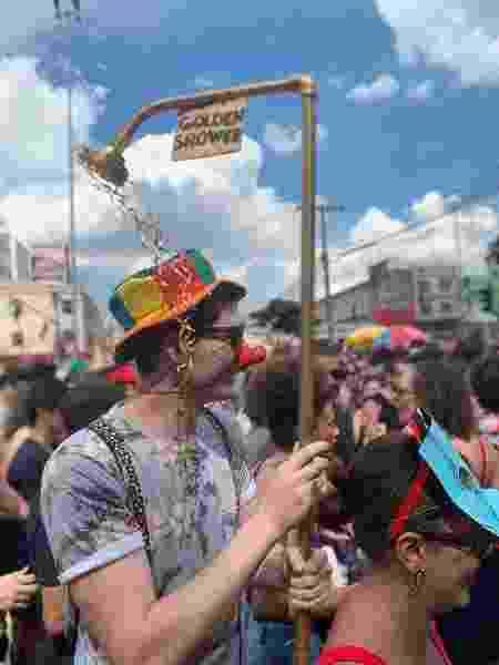 Folião cria fantasia golden shower para o desfile do bloco BaianaSystem - Divulgação