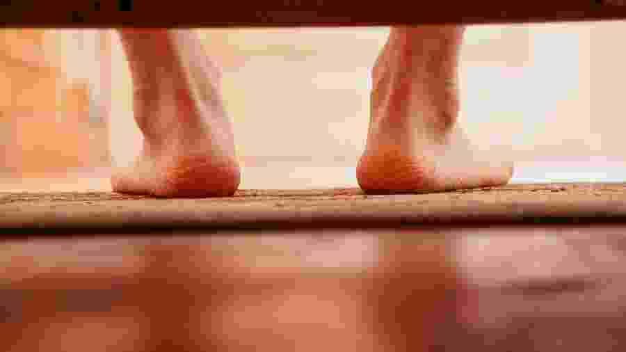 Um dos sintomas clássico de fascite plantar é a dor na sola ao apoiar o pé no chão após muito tempo parado  - iStock