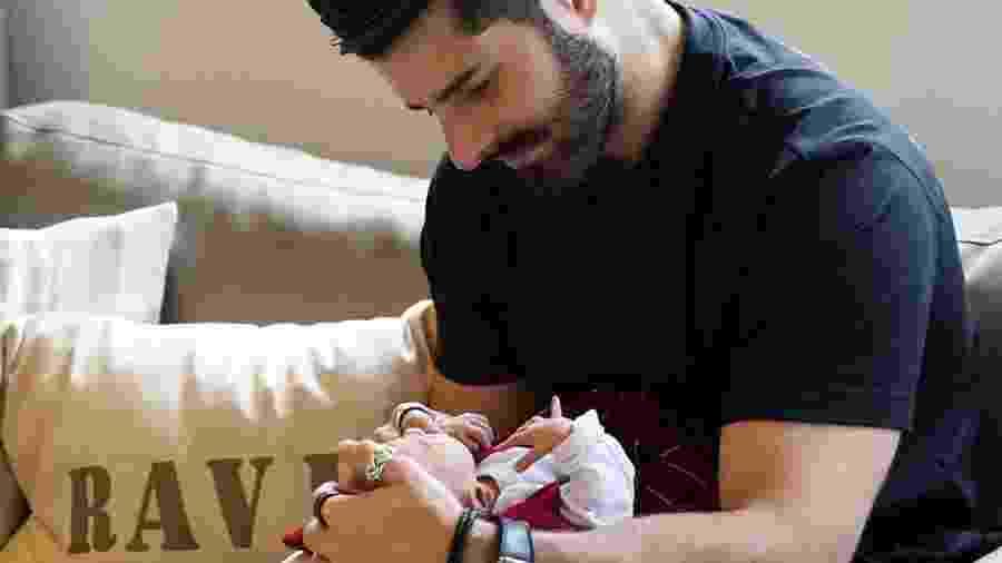 Alok e seu filho Ravi - REPRODUÇÃO/INSTAGRAM