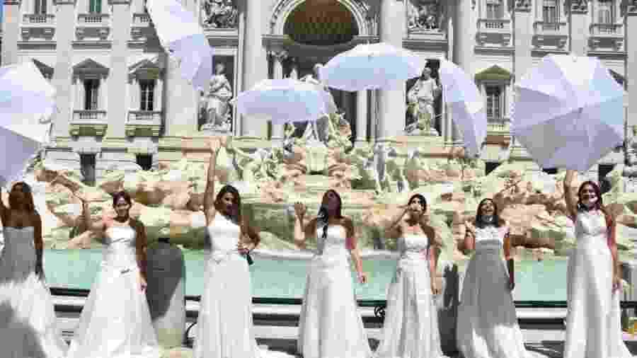 Noivas fazem protesto na fontana de Trevi, em Roma, contra restrições a casamentos impostas por causa da pandemia - Anadolu Agency - 7.jul.2020/Getty Images