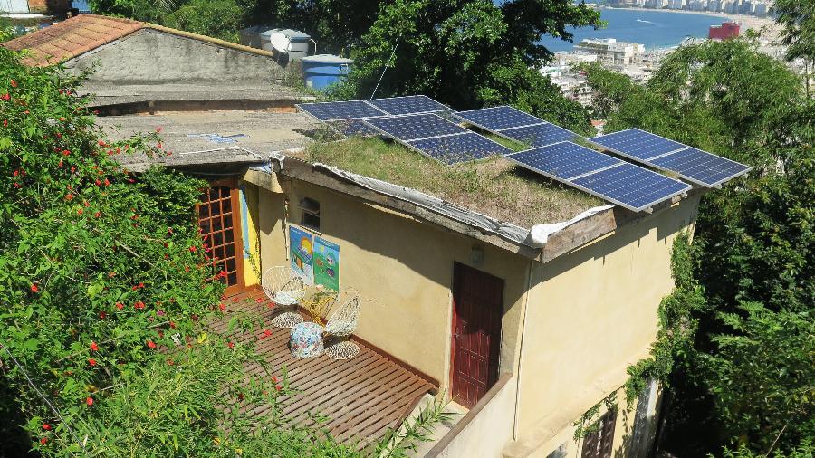 Casas com placas instaladas pelo RevoluSolar, projeto que promove a autonomia energética em lares das comunidades Morro da Babilônia e Chapéu Mangueira, no Leme, zona sul do Rio - Divulgação