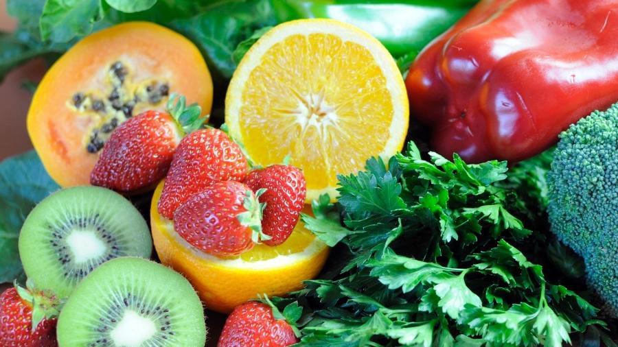 A vitamina C está presente em diversos alimentos de origem vegetal, como frutas e verduras - iStock