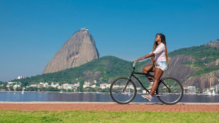 Mulher anda de bicicleta no Rio de Janeiro - Getty Images - Getty Images