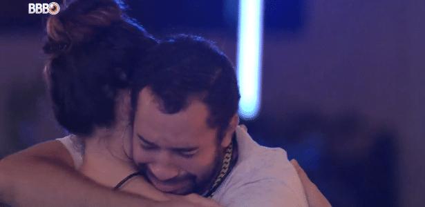 Gil chora e agradece Juliette pelo apoio