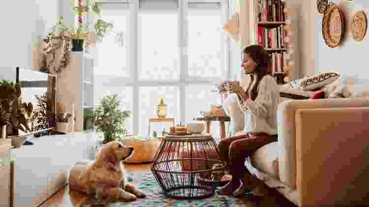 Mulher e cão em apartamento - Getty Images/EyeEm - Getty Images/EyeEm