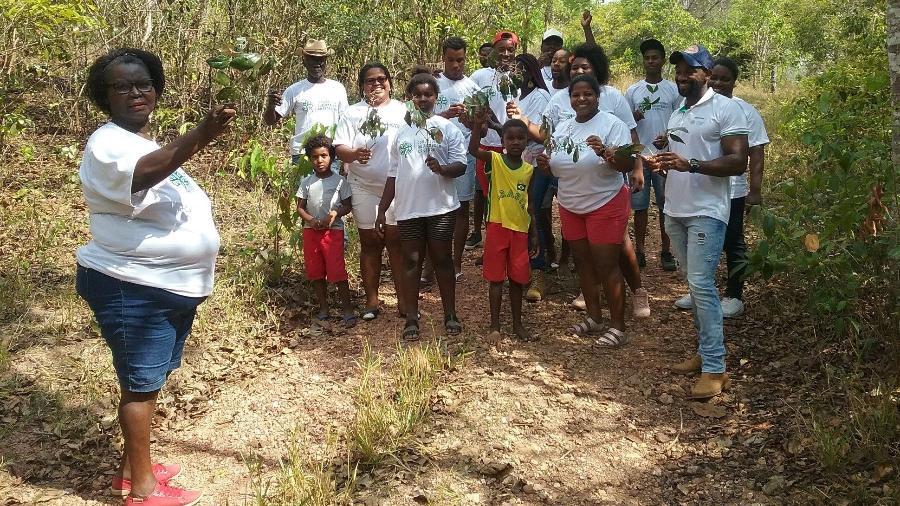 Angela ensinando comunidade a identificar as plantas - Divulgação