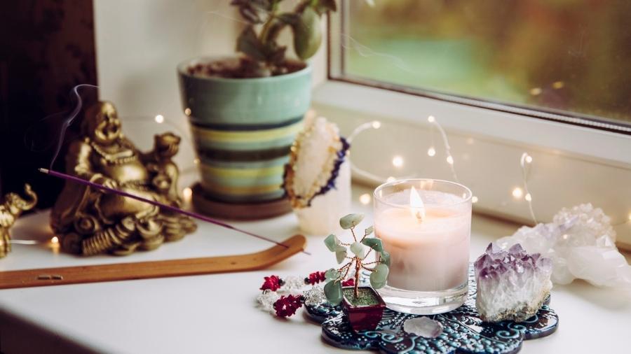 Altar com elementos do Feng Shui e de outras crenças são formas de se conectar à espiritualidade em casa - Helin Loik-Tomson/Getty Images/iStockphoto
