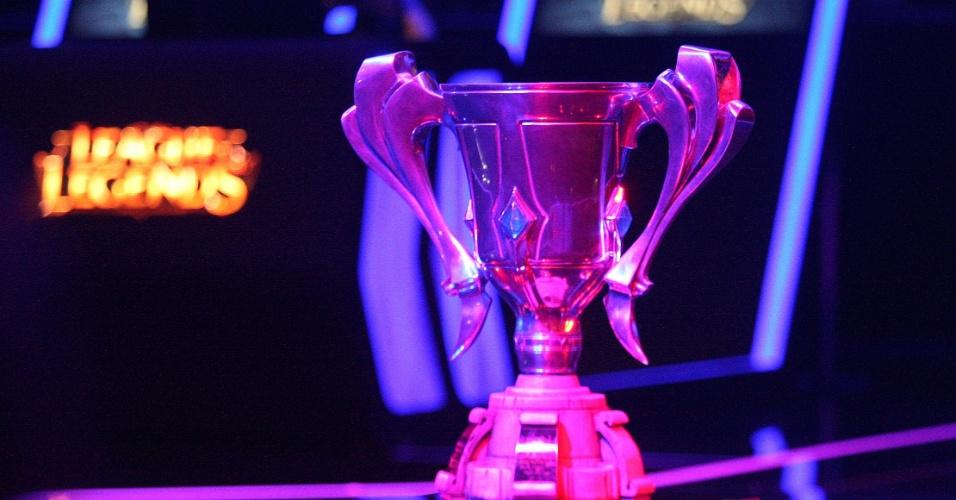 O troféu do CBLoL é erguido ao palco no Allianz Parque