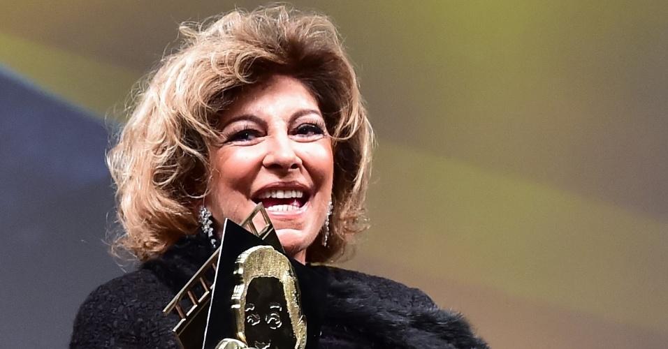11.ago.2015 - Marília Pêra recebe o troféu Oscarito, pelo conjunto de sua carreira, no Festival de Gramado