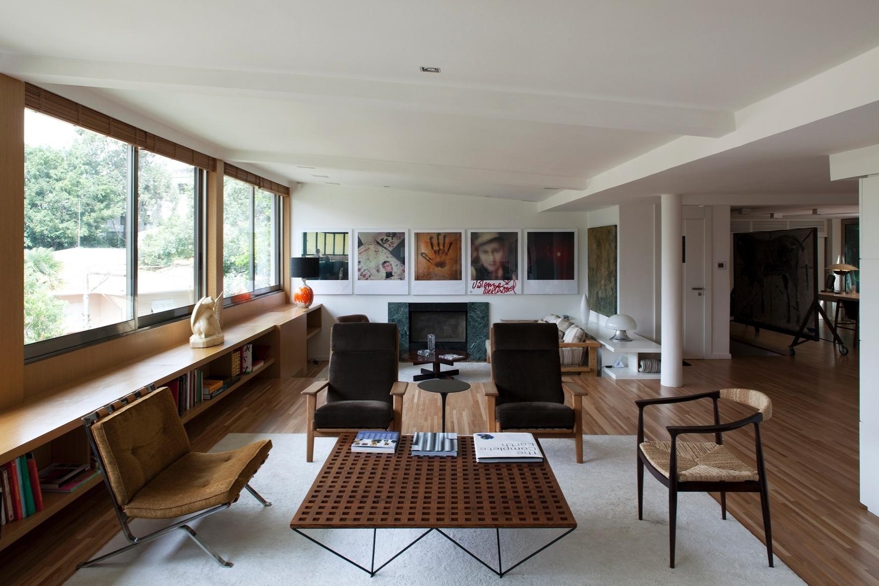 Na ampla sala de estar, a lareira instalada durante a reforma assinada por Arthur Casas aquece o ambiente junto às obras de arte. No espaço, os revestimentos foram trocados, mas a estrutura permanece tal como no projeto original do arquiteto João Batista Vilanova Artigas