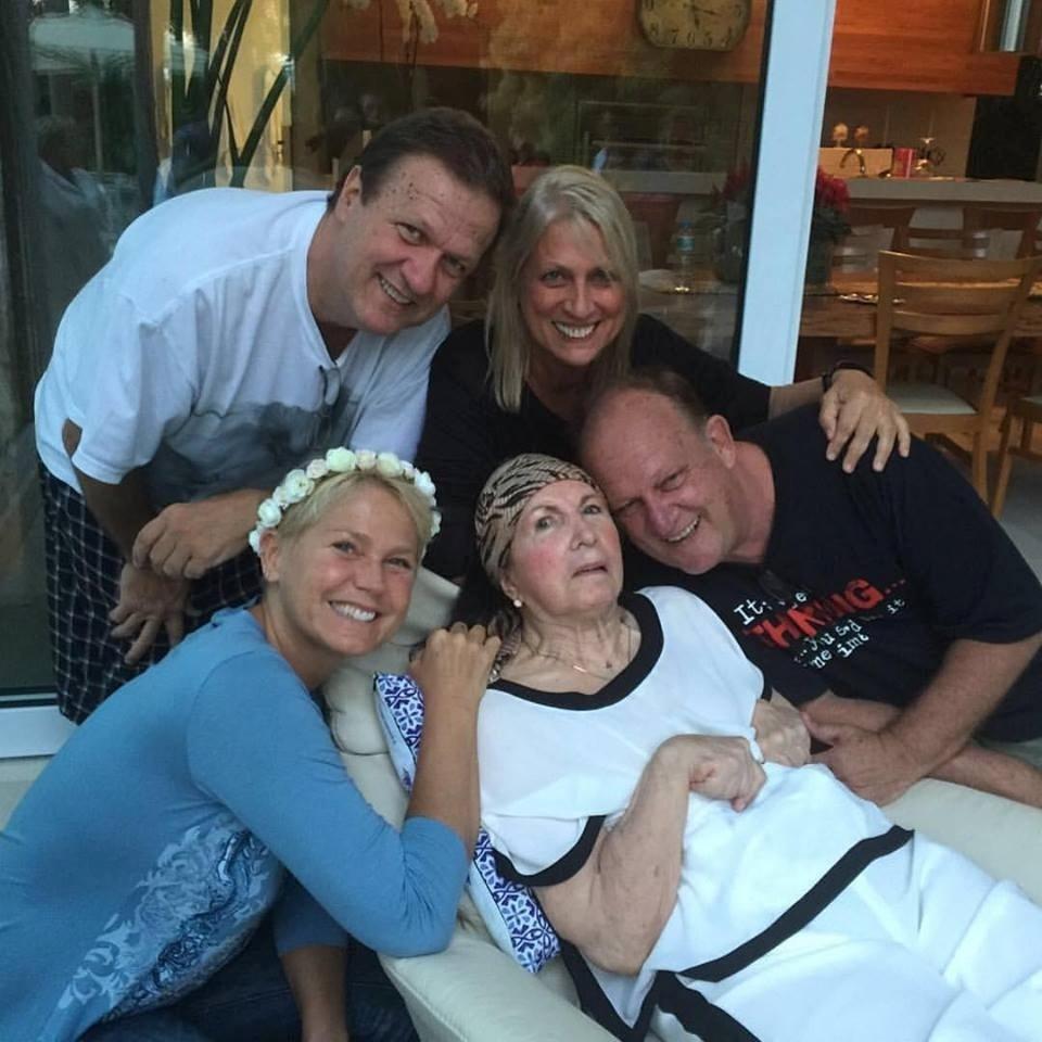 Xuxa Meneghel ao lado dos irmãos e da mãe, Alda, em janeiro de 2015