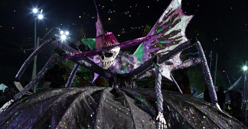 """Inspirada em caveiras e aranhas, Kelly Sheldon Peters entra com o traje """"Who The Cap Fit"""", em Trindade e Tobago"""