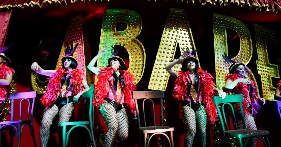 """6.fev.2016 - Carro alegórico relembra o espetáculo de dança """"Cabaret"""", estrelado por Cláudia Raia, a homenageada da escola paulistana Nenê de Vila Matilde"""