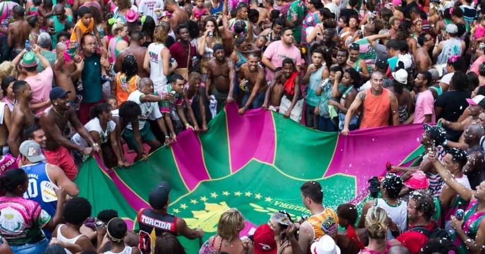 10.fev.2016 - Comunidade da Mangueira lota quadra da escola, na zona central do Rio, na festa da campeã