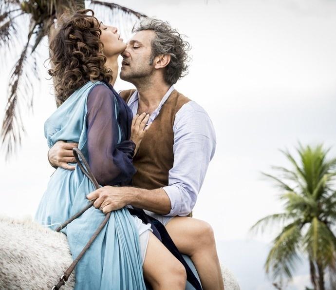 """Tereza (Camila Pitanga) e Santo (Domingos Montagner) se beijam em novo encontro em """"Velho Chico"""""""