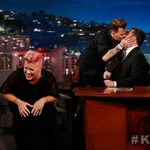 Johnny Depp deixa Pink constrangida ao aparecer de surpresa no programa de TV e dá selinho no apresentador Jimmy Kimmel - Reprocução/ABC