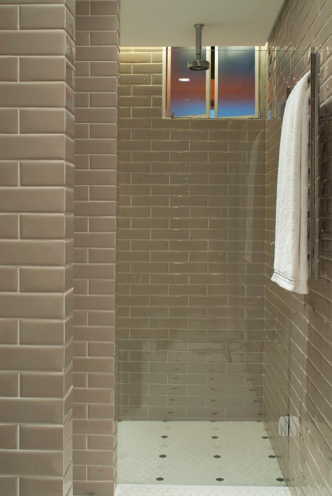 O banho da suíte foi revestido com cerâmica da linha Liverpool Portland, da Portobello. O estilo retrô é marca do projeto da D2N Arquitetura e Interiores para o Apartamento Higienópolis