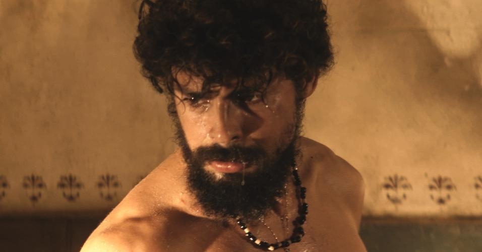 Cauã Reymond como Omar em cena de