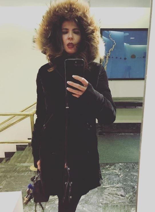 """21.dez.2016 - Nada de branco para Luciana Gimenez. A apresentadora está em Nova York e escolheu um casacão pesado para enfrentar o frio da Times Square no último dia do ano. Ela ainda provocou os seguidores que estão no calorão brasileiro: """"Vai um friozinho aí?"""", escreveu"""