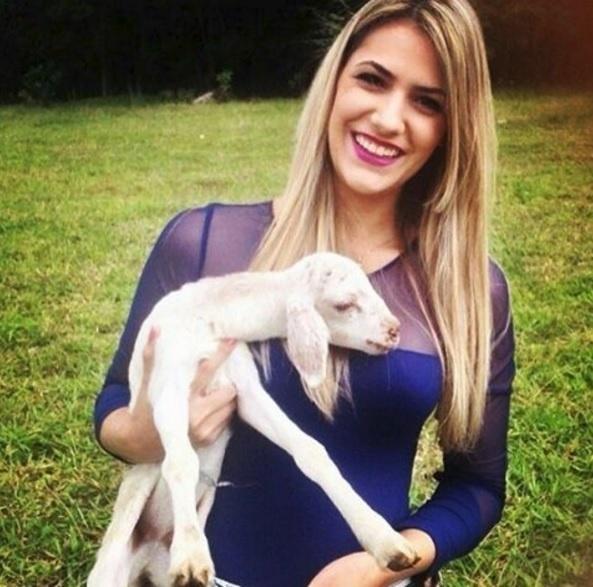 Posando com filhote de carneiro, Jade Magalhães, namorada de Luan Santana, usa blusa roxa com tule
