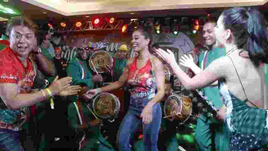 18.fev.2017 - Juliana Paes cai no samba na feijoada da Grande Rio - AgNews