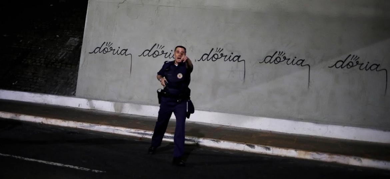 Policial confronta pichador em São Paulo - Reuters/Nacho Doce