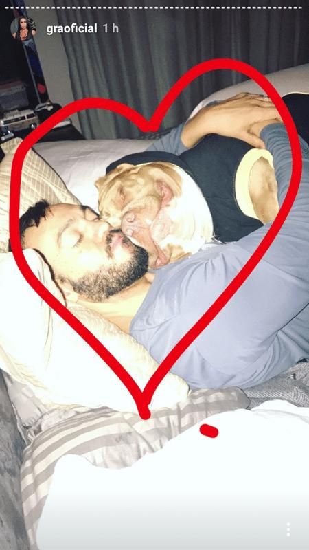 Belo dorme abraçado com cachorro de estimação - Reprodução/Instagram