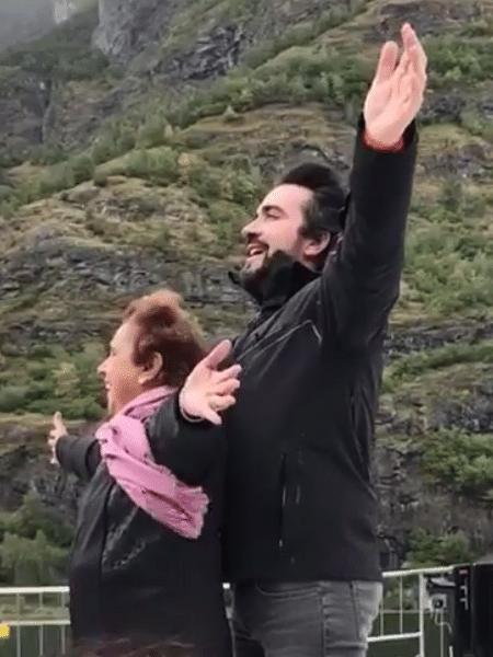 """Padre Fábio de Melo brinca com amiga e reproduz clássica cena de """"Titanic"""" - Reprodução/Instagram/pefabiodemelo"""